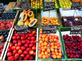 muszki owocówki lecą do owoców i warzyw