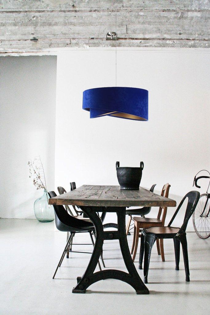 niebieska-welurowa-lampa-nad-stół-do-salonu